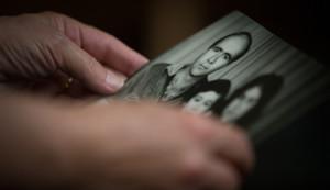 """Die Ehefrau eines """"verschwundenen"""" Syrers hält ein Familienfoto in den Händen: © Amnesty International, Foto: Mark Esplin"""