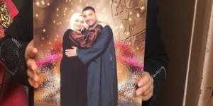 Umm Muhammad hält ein Foto in Händen, das sie selbst mit ihrem verschwundenen Mann Hani zeigt. Foto: Karim El-Gawhary