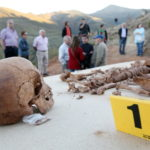 Die sterblichen Ueberreste von Antonio Fernandez Gonzalez liegen am 09.10.2011 bei einer Exhumierung in der Naehe der Ortschaft Villanueva de Valdueza (bei Ponferrada / Spanien) auf einem Tisch. Der damals 24-Jaehrige wurde vor 75 Jahren, am 09.10.1936, von Franco-Milizen ermordet und in den Bergen der nordspanischen Region El Bierzo vergraben. Foto: Bodo Marks